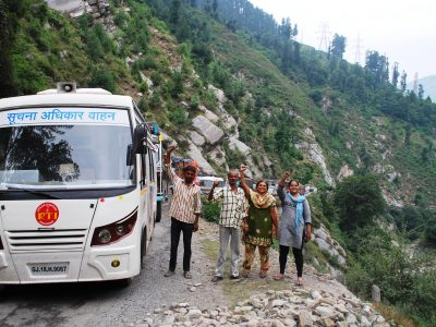 Cruising through Kashmir on the RTI-on-Wheels Bharat Yatra! RTI Team raises a fist in Solidarity.