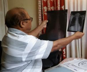 oshak-doctor-views-lung-xray-low